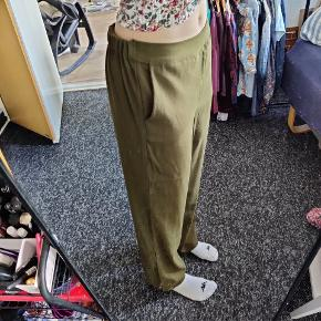 Grønne bukser fra Vila  Der står 38 i dem, men ville vurdere dem til at passe en 40 bedre  Fra ikkeryger-hjem :-)