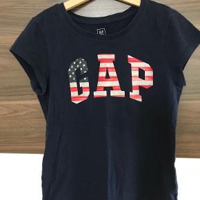 Sød t-shirt i str. 10 år fra Gap Pæn stand  Prisen er excl. porto Bemærk, mine priser er faste. Handler gerne mobilepay på 26810990