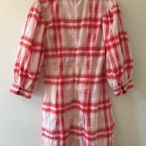 Smukkeste seersucker kjole fra GANNI's exclusive kollektion.  Kjolen har aldrig været brugt og fremstår derfor som ny - kjolen er stadig i butikkerne.   Str.36