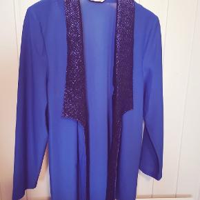 Vintage blazer-style cardigan i den smukkeste blå farve med glitter deko. God længde. Str 42 mrk. Søns.