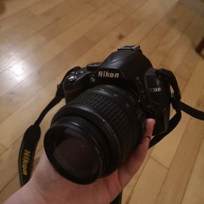 """Nikon D3000 spejlrefleks. 10 år gammelt kamera. Chamerende kamera der tager billeder i lettere """"retro"""" stil.   Det har ingen skrammer eller skader af nogen art.  Kamerataske og lader medfølger  Kom endelig med bud."""