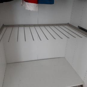 Tilbehør til ikea pax skab.  Bøjlestang til mange par bukser. Det er standard dobbelt IKEA skab, ca 96 cm. Beslag medfølger. Nypris 160 kr.