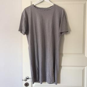 Skøn basis t-shirt kjole fra COS i 100% bomuld. Så anvendelig.   Tjek også mine andre annoncer ☀️ Jeg har bl.a. tøj fra Skall Studio, Uniqlo, H&M og Mango.