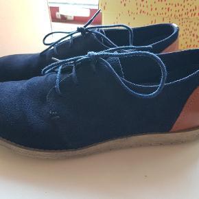 Sælger disse ruskindssko med brune læderdetaljer på hælen.   Kun brugt få gange og fremstår derfor som nye (købt for små). De bor stadig i original æske.   Kan afhentes i Herning eller sendes til DAO pakkeshop for 40kr. Nypris 900kr.