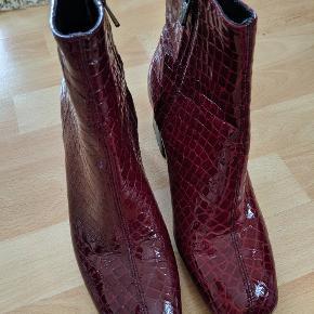 Har aldrig fået brugt støvlerne mere end en gang, fordi de er lidt for små. Nypris: 950. Fejler intet