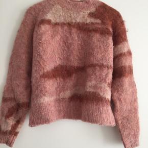 """Tyk strik i """"børstet"""" overflade indeholder uld men kradser ikke. Afhentes i Århus eller sendes på købers regning. Ingen pletter eller andre fejl. Husk at se alle mine andre fine strik"""