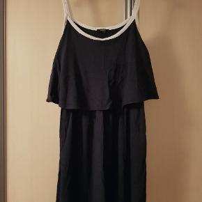 Marineblå kjole med hvide stropper og kant.  Passer str. L / XL ( SENDER IKKE )