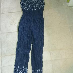 Sød buksedragt med stropper.