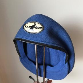 Vintage / retro kangol flat cap! Er du vild med den fede 90'er rapper stil? Så er det cappen lige for dig!  Den er i ok stand, den har dog brugsspor, da den er super gammel.   Mp 100kr