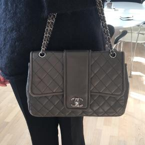 Jeg sælger min fine taske fra Chanel.  Jeg har selv købt den på Trendsales, men den er tidligere købt på hjemmesiden, designerexchange. Der medfølger desværre ikke kvittering. Farven er grålig.