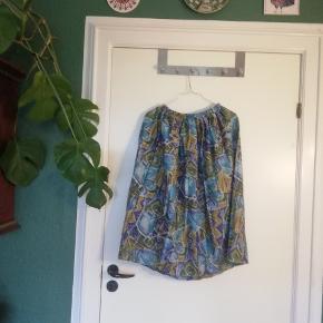 Retro nederdel i fedt mønster. Elastik i taljen, så den passer både M og L. Jeg er 165 og den går mig til midt læg.
