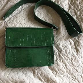 Hvisk taske i flaskegrøn Sælges hvis rette bud opnås :) Brugt 1-2 gange og fremstår derfor som ny   PRIS NU: 375 inkl fragt! Kan sendes idag eller imorgen! 😊
