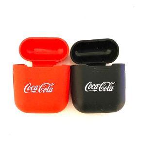 AirPods Cover med Coca Cola kan fås i rød og sort.   Sælges da jeg ikke bruger dem, er brugt meget lidt.   Coveret beskytter dine AirPods som de skal.   Passer til AirPods generation 1 og 2   10 kr. pr. Styk   Forsendelse på købers regning.   Køb begge to for 16 kr.