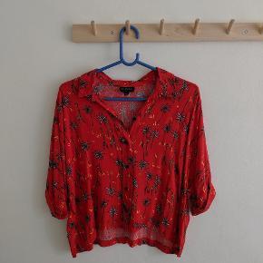 Hawaii skjorte i rød med korte ærmer. Næsten ikke brugt.