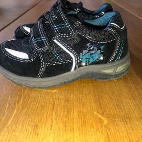 Fine sko fra Skofusen i str. 24. Der er lys i skoene, derfor også lidt ekstra sjovt at have skoene på for de små børn.