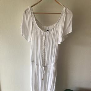 Super sød hvid sommerkjole med blonde. Kan være OFF-shoulders, men man vælger selv.  Sender gerne - køber betaler fragt  BYD