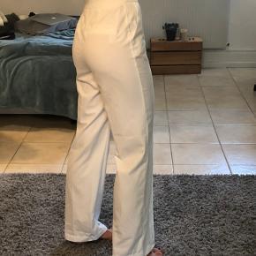 Fine hvide straight leg bukser fra Na-kd. De står som helt nye!! - prisen er sat der efter. De sælges, da jeg ikke får dem brugt - selvom de ellers fitter og sidder super godt. Kun en lille smule gennemsigtige, så det er en god ide at have beige/hvide trusser på under. Jeg er 1.72 cm høj 🌞💛