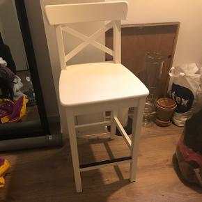 Sælger denne stol som er blevet brugt til højt sminkebord. Mp 200kr og i god stand.