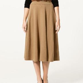 Varetype: Ny SMUK strik nederdel Farve: Camel Oprindelig købspris: 559 kr.