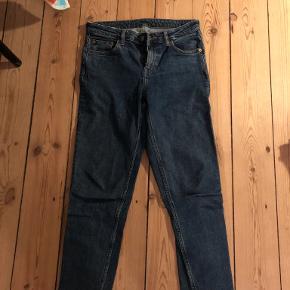 Weekday bukser, der står W26 L28 i, men passer mig godt, der er en small/medium, de er ret stretchy.  Sendes med DAO eller hentes i København NV/mødes et sted i København