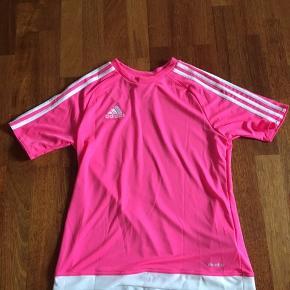 Adidas sportsbluse i pink. Den har aldrig været brugt. Str. 164 men passer også en XS.  Salgspris: Byd!