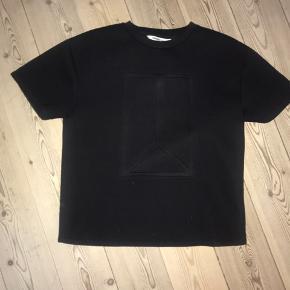 Jeg sælger denne fede t-shirt/trøje fra Won Hundred, str. XS. Den er brugt få gange og fremstår som ny. Den er sort og er i et lidt tykt stof - kvalitetstykt stof.