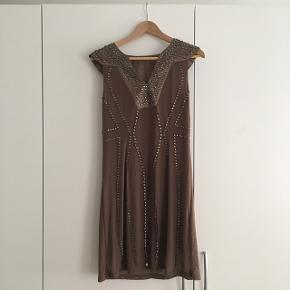 Kjole fra Mannequin str. L, brun m. pallietter.