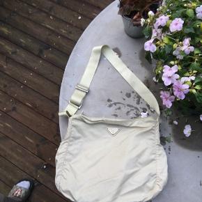 Prada crossbody nylon taske relativt stor og rummelig i god stand har lidt brugsspor som vist på billedet.   Generelt i god vintage stand :)