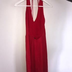 Flot rød kjole fra samsøe samsøe som kun er brugt én enkelt gang til konfirmation. Den går til lige over knæene 🌞