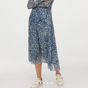 Smuk kjole fra H&M, næsten udsolgt på hjemmesiden. Brugt 1 gang 🤍