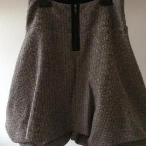 Varetype: Nederdel Farve: Sort Prisen angivet er inklusiv forsendelse.  Flot og anderledes nederdel fra Nör. Den er i uld/tweed og gennemforet. Lidt ballonfacon.  Mål: talje 37cm x 2 Længde: 58cm på det længste  Bytter ikke. Handler gene mobilpay og sender med Dao