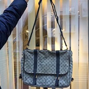 Louis Vuitton stor crossbody messenger taske Kan godt fitte en Macbook 13 Lavet af denim materiale agtigt canvas