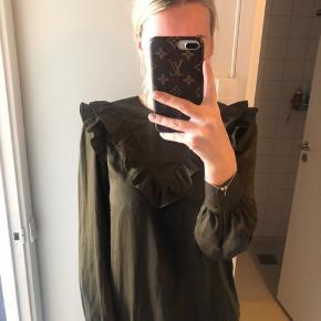 Mørk grøn bluse fra H&M med flæser, brugt få gange   📦kan sendes mod betaling 💰betaling kontant eller MobilePay
