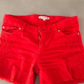 Super cool røde shorts brugt max 8 gange.