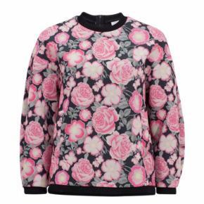 Fin sweatshirt fra Baum und Pferdgarden. Sweatshirten er i pæn stand og fejler intet. Skønt blomsterprint og stiklommer i siderne.   Nypris 1500 kr.   Sælges for 550 kr. plus fragt.