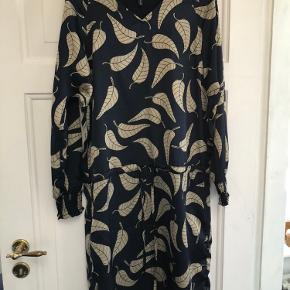 Smuk kjole med bindebånd - fik kun brugt den én gang - kan styles til hverdag med leggins eller fest 💖