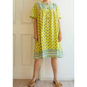 A light-weight indian cotton dress. It had a delightful yellow color.⭐ This kind of cotton dress is so light, that you can feel the freedom while wearing them!😌 Chest measurement is up to 126cm. Size M/L.