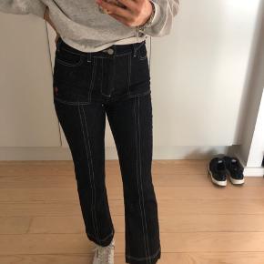 Sælger disse mega fede jeans fra ganni, de er som nye og er bare super fede! De er i en str 36/S, og er lidt korte i det:) jeg er selv 1,70 ca. Byd gerne