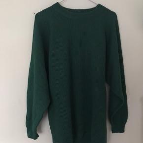 Grøn sweater (farven er bedst på andet billede)  Den er lidt lang, men jeg plejer at have den på tucked in i bukserne En M/L kan nok også passe den, men jeg ville tro at en lidt oversized small er bedst, pga længden af ærmerne