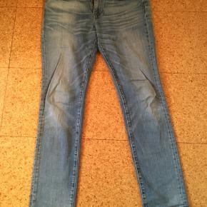 511, størrelse 32/34. Bukserne er brugt godt og grundigt og bærer præg af det - på den rigtige måde. Passer mig - jeg er 188 cm. høj.