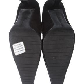 Stuart weitzman støvler i virkelig god stand. Klassisk og tidsløs støvle der sidder til op af benet.  Ny pris: 8000 Mp: 1200
