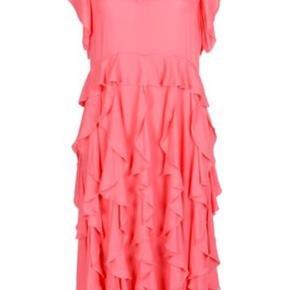 Smuk, koralfarvet kjole fra Hofmann Copenhagen. Aldrig brugt. Stadig med prismærke. Nypris: 2499kr