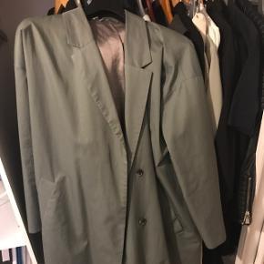 Frakke til under knæene som er brugt meget få gange. Np 700kr. BYD, og køber betaler fragt :-) Hvis den købes til den fastsatte pris, sender jeg dagen efter!
