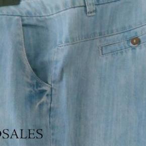 Super lækre jeans fra Vero Moda. Str 31/34. 200% bomuld. Måler ca 88 cm i livet. Og ca 84 cm i indvendig benlængde.  Lommer foran. Vidde i benene. Har også bukserne i mørkeblå. Har to par i mørkeblå. 100,- pr stk pp med Dao og mobilepay Sender hurtigt
