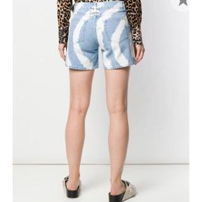 Har brugt disse Ganni shorts 4-5 gange og der er derfor ingen tegn på slid🧡 Størrelsen hedder 26 - hvilket jeg mener ville kunne passes af en Small Nypris var - 2.000
