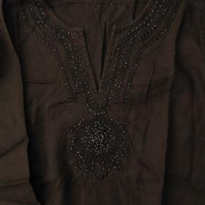 Dejlig hørbluse.  Brystmål ca. 2x53 Længde fra skulderen og ned ca. 69  Jeg tager desværre ikke billeder med tøjet på.