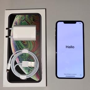 iPhone XS MAX space Grey 256gb   Sælger min dejlige phone, grundet køb af nyere model.  Den fejler absolut intet, udover at være vanvittig god. Den har naturligvis lommeridser, det kan man jo ikke slippe for.   Medfølger: Alt tilbehør fra nye iPhone. (Btw også headset. Fik bare ikke med på billedet.) Kasse. Kvittering kan måske anskaffes, hvis nødvendigt:)  Skriv for info eller andet.