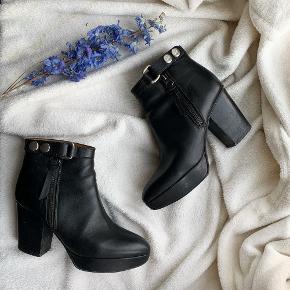 Mindre tegn på brug men stadig meget flot stand! Orbit støvletter   Orbit Boots fra Acne Studios er en rå støvle med en solid høj hæl, et spænde i anklen med nitter og en spids snude.  100% læder Sort Solid høj hæl Spænde med nitter Spids snude Sølv hardware Lynlås i siden Fremstillet i Italien Hælen måler: 8,5 cm