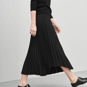 Smukkeste nederdel. Købt for stor, derfor sælges den.  BYTTER IKKE!  Se gerne mine andre annoncer. Giver rabat ved køb af flere ting :)