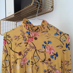 Sælger denne flotte Stine Goya trøje, som er i det blødeste materiale. Den fejler intet, og er kun brugt 3 gange. Kan afhentes i Aalborg 😊